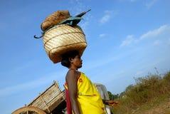 Mujer tribal de Orissa en el mercado semanal Imagenes de archivo