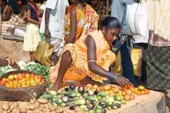 Mujer tribal en el mercado Foto de archivo libre de regalías