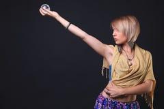 Mujer tribal moderna que sostiene cristales imagen de archivo libre de regalías