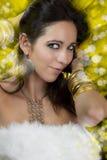 Mujer triguena atractiva con el baile atractivo de la joyería del oro en un ni Imagenes de archivo