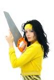Mujer triguena atractiva con una sierra fotos de archivo