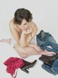 Mujer triguena atractiva en pensamiento fotos de archivo