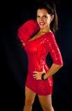 Mujer triguena atractiva en una alineada roja foto de archivo