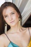 Mujer triguena atractiva hermosa en alineada del verano en el balcón Imagenes de archivo