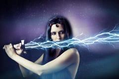 Mujer triguena atractiva joven. tormenta. Foto de archivo