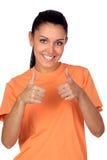Mujer triguena atractiva que dice OK Imagenes de archivo