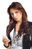 Mujer triguena atractiva que llama por el teléfono celular Fotografía de archivo libre de regalías