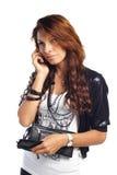 Mujer triguena atractiva que llama por el teléfono celular Fotografía de archivo