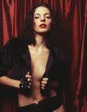Mujer triguena atractiva que presenta en ropa interior Foto de archivo libre de regalías
