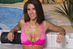 Mujer triguena breasted grande atractiva en el Jacuzzi Imagenes de archivo