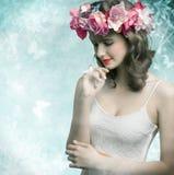Mujer triguena con las flores imagen de archivo