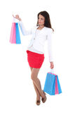 Mujer triguena con los bolsos de compras Foto de archivo
