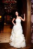 Novia atractiva hermosa en el vestido de boda blanco Foto de archivo