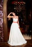 Novia atractiva hermosa en el vestido de boda blanco Fotografía de archivo libre de regalías