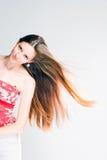 Mujer triguena de pelo largo azotada por el viento. fotos de archivo