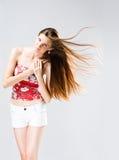 Mujer triguena de pelo largo azotada por el viento. fotografía de archivo