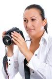 Mujer triguena del fotógrafo con la cámara de DSLR Foto de archivo