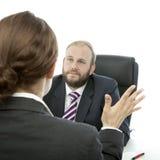 Mujer triguena del hombre de negocios de la barba en el informe del escritorio Imagenes de archivo