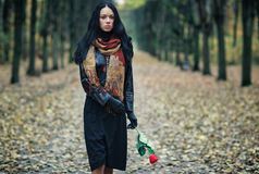 Mujer triguena delgada en un parque Fotos de archivo