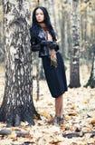 Mujer triguena delgada en un parque Fotos de archivo libres de regalías