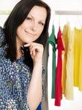 mujer triguena en compras Imágenes de archivo libres de regalías