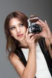Mujer triguena que toma la foto Fotografía de archivo libre de regalías