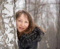 Mujer triguena en parque del invierno de la nieve Fotografía de archivo libre de regalías