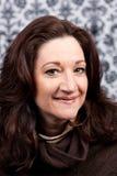 Mujer triguena envejecida centro sonriente Foto de archivo