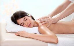 Mujer triguena hermosa que consigue un masaje posterior foto de archivo