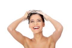 Mujer triguena hermosa que jabona su cabeza Fotografía de archivo libre de regalías