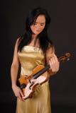 Mujer triguena hermosa que paga el violín Fotos de archivo libres de regalías