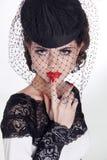 Mujer triguena hermosa Retrato retro de la moda en sombrero elegante fotos de archivo