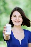 Mujer triguena joven con el móvil Fotografía de archivo libre de regalías