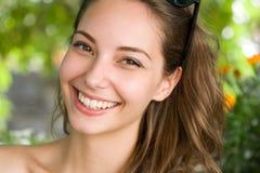 Mujer triguena joven feliz con sonrisa asombrosa.