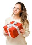 Mujer triguena magnífica que sostiene el rectángulo de regalo rojo Imagen de archivo