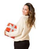 Mujer triguena magnífica que sostiene el rectángulo de regalo rojo Imágenes de archivo libres de regalías