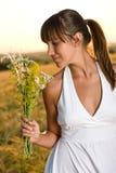 Mujer triguena romántica en campo de maíz de la puesta del sol Fotos de archivo libres de regalías