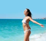 Mujer triguena sonriente joven en la playa Fotos de archivo libres de regalías