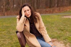 Mujer triste afuera Imagen de archivo