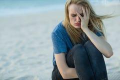 Mujer triste al aire libre imágenes de archivo libres de regalías