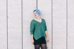 Mujer triste andrógina adolescente con el pelo teñido azul aislado en el s Foto de archivo
