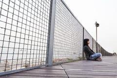 Mujer triste asiática en suelo Fotos de archivo libres de regalías