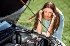 Mujer triste cerca del coche quebrado Fotografía de archivo