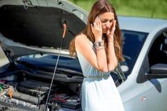 Mujer triste cerca del coche quebrado Fotos de archivo