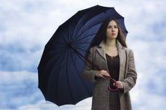 Mujer triste con el paraguas negro foto de archivo libre de regalías