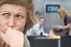 Mujer triste con los pares en fondo Fotografía de archivo