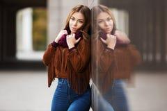 Mujer triste de la moda de los jóvenes en la calle de la ciudad Fotos de archivo libres de regalías