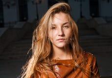 Mujer triste de los jóvenes 20s en la noche Imagen de archivo libre de regalías