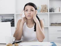 Mujer triste de Youn en el ordenador portátil Imagen de archivo libre de regalías