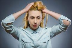 Mujer triste del primer con la expresión subrayada preocupante de la cara Imagen de archivo